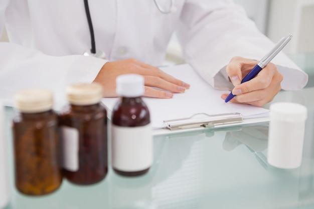 Vétérinaire écrit sur le presse-papiers les prescriptions
