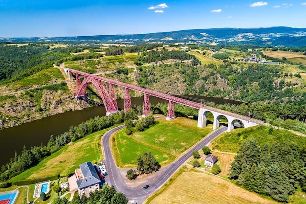 Viaduc de garabit, un pont en arc ferroviaire construit par gustave eiffel. cantal, france