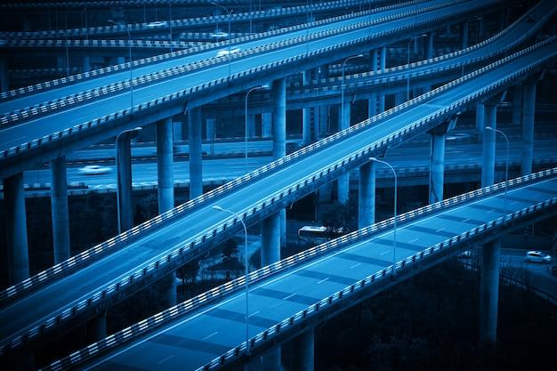 Le viaduc à plusieurs étages qui se croise à chongqing, en chine