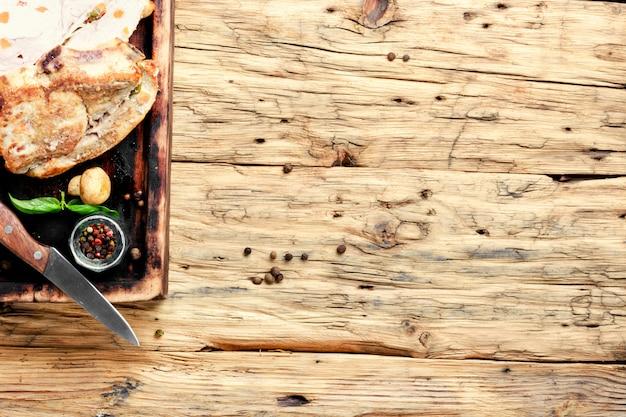 Viande au four avec des épices