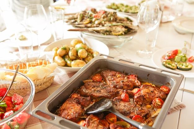 Viande au four avec tomates et pommes de terre