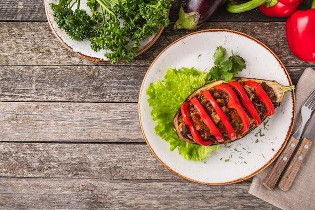 Viande d'aubergine au four et poivron rouge. vue de dessus.