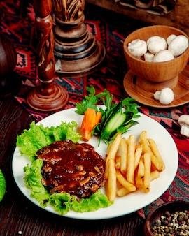 Viande aux champignons en sauce et frites