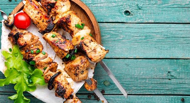 Viande de barbecue sur des brochettes en bois