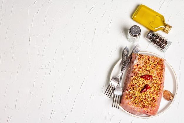 Viande biologique crue. filet de porc pour griller, cuire au four ou frire