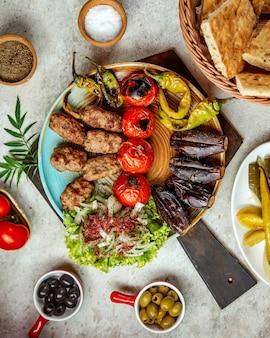 Viande de boeuf aux légumes sur le grill et oignons
