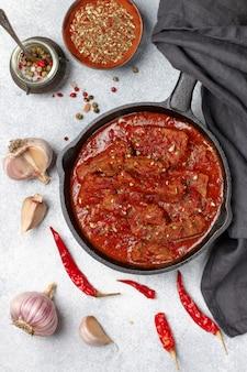Viande (boeuf) cuite à la sauce tomate. goulache