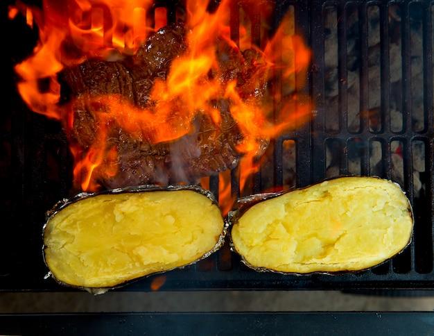 Viande de boeuf grillée au barbecue et pommes de terre préparées