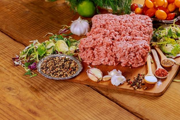 Viande de boeuf hachée fraîche crue viande hachée sur plaque