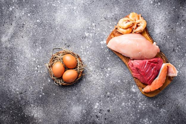 Viande de boeuf et de poulet, poisson et crevettes.