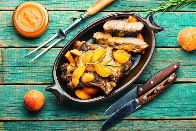 Viande de boeuf savoureuse en sauce à l'abricot. steak de veau en marinade de fruits.