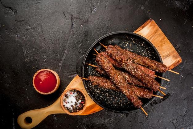 Viande de boeuf shish kebab sur bâtonnets avec sauce ketcup