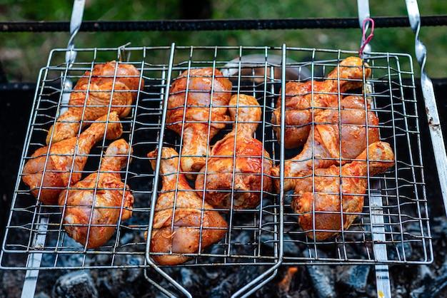 Viande sur des brochettes frites sur le grill en plein air. cuisine orientale.