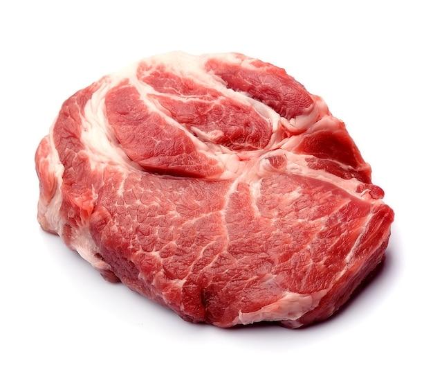 Viande brute sur fond blanc.