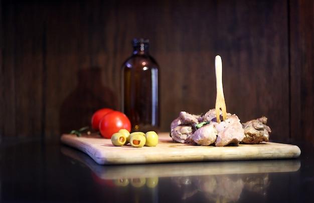 Viande de canard aux tomates et olives sur une planche en bois servant au restaurant gourmet savoureuse cuisine