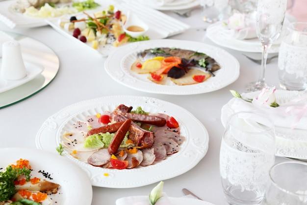Viande de charcuterie, saucisses sur une table de banquet