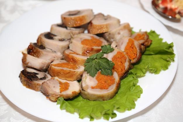 Viande de cheval sur une assiette, délicatesse de saucisse de viande de cheval d'asie