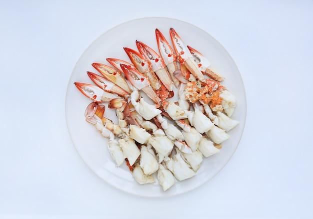 Viande de crabe cuite à la vapeur dans une assiette circulaire