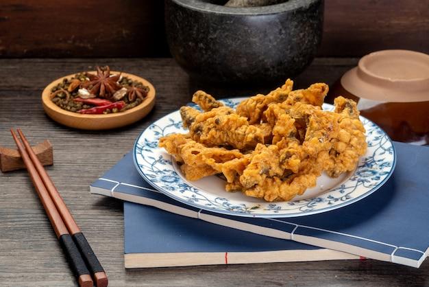 Viande croustillante frite délicieuse, un casse-croûte chinois traditionnel