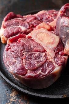 Viande crue à angle élevé sur assiette