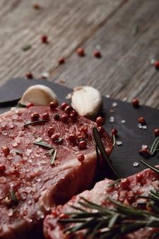 Viande crue aux herbes et épices