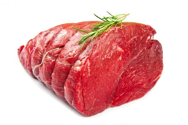 Viande crue sur blanc