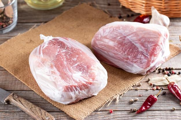 Viande crue congelée. côtelettes de porc crues - mise au point sélective