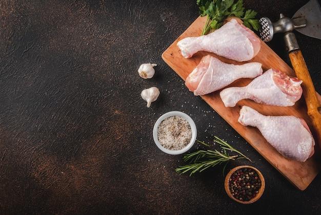 Viande crue, cuisses de poulet, aux herbes et épices