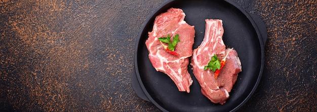 Viande crue dans un plat en fonte