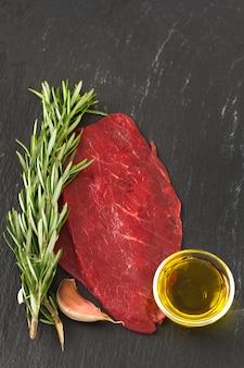 Viande crue à l'huile