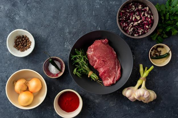 Viande crue avec des ingrédients pour la cuisine