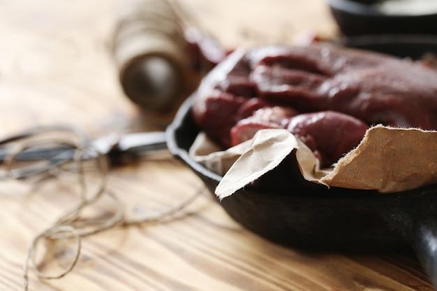 Viande crue avec des ingrédients pour la cuisson des repas