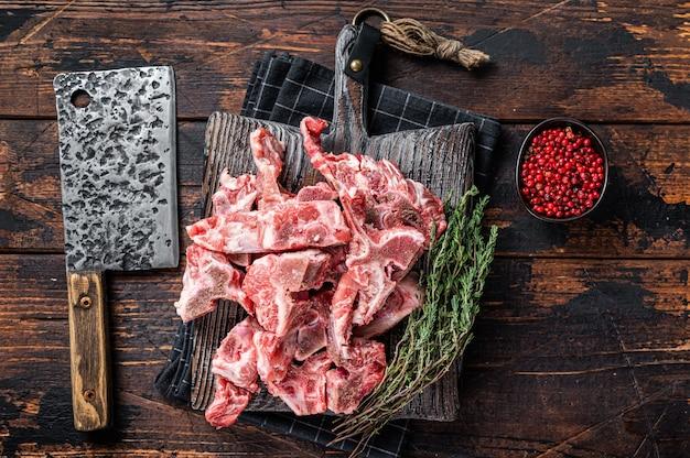 Viande crue non cuite coupée en dés pour ragoût sur une planche de boucher