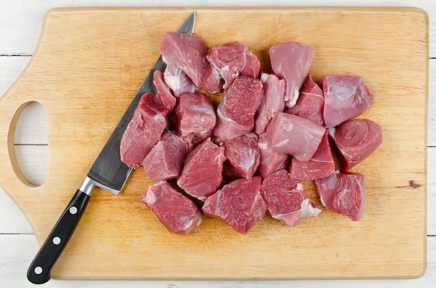 Viande crue sur une planche à découper