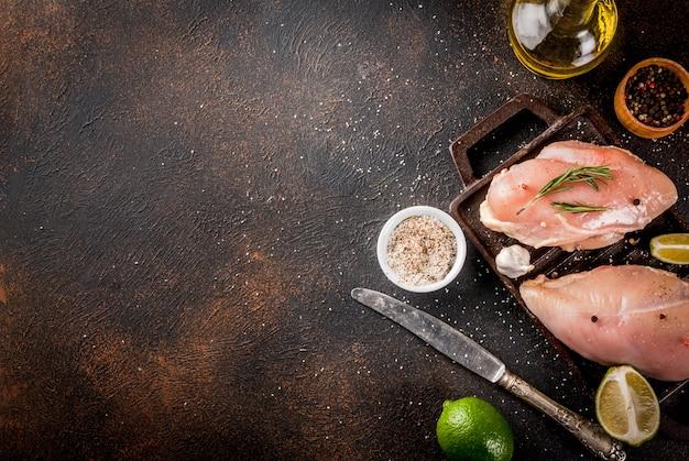 Viande crue, prête pour le filet de poitrine de poulet grillé ou barbecue