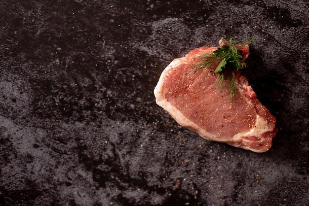 Viande crue, steak de boeuf sur fond noir, vue de dessus