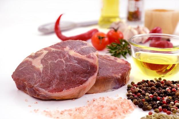 Viande crue, steak de bœuf isolé sur fond blanc (filet)