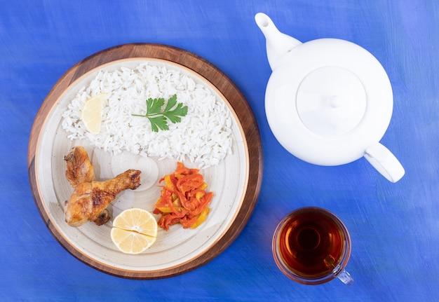 Viande de cuisses de poulet grillées avec riz savoureux