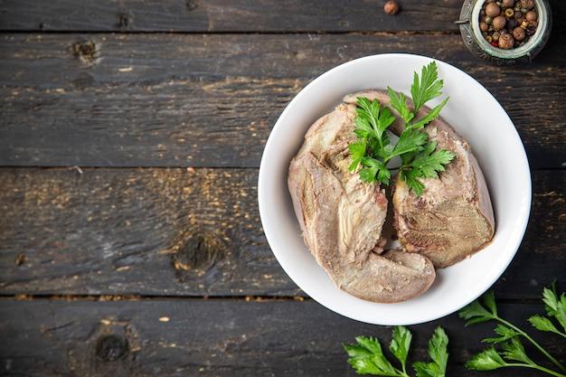 Viande cuite de porc de langue bouillie collation de repas frais sur la table copie espace arrière-plan alimentaire rustique