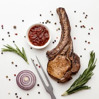 Viande cuite avec sauce