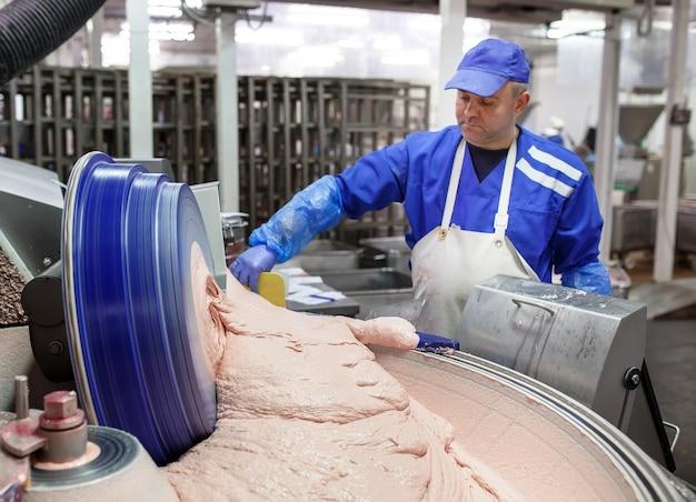 La viande dans le hachoir. l'industrie de la viande.