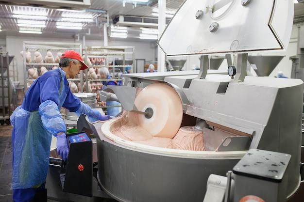 La viande dans le moulin. l'industrie de la viande.