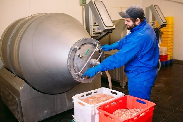 La viande dans le moulin, l'industrie de la viande.