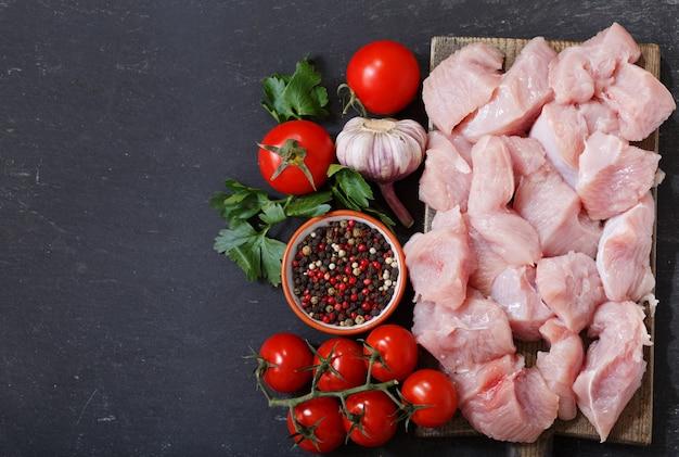 Viande de dinde fraîche avec des ingrédients pour la cuisson, vue du dessus