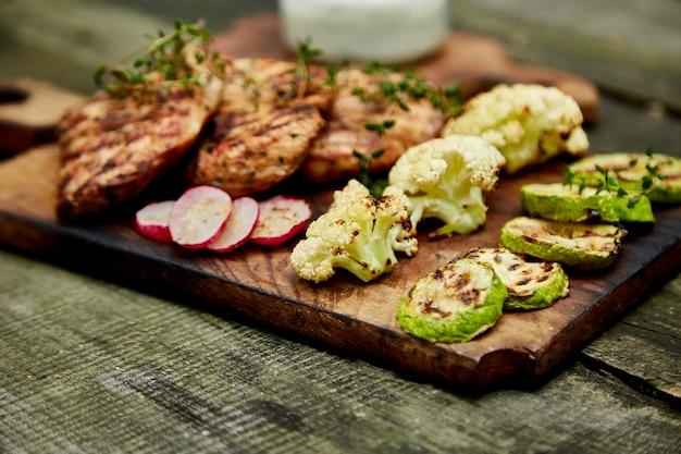 Viande de dinde grillée avec une variété de légumes