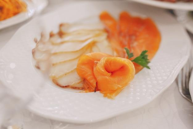 Viande avec du saumon