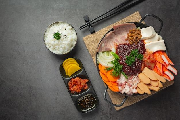 La viande épicée et le porc bouillent dans une marmite