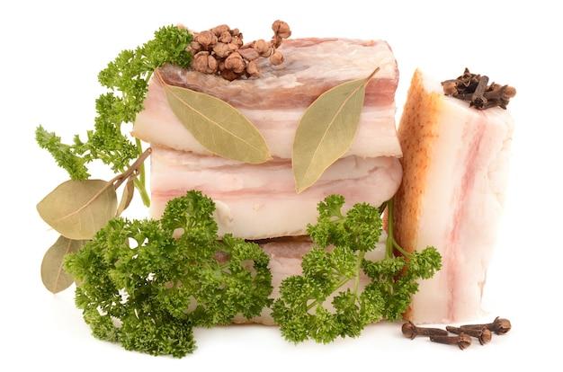 Viande et épices sur blanc