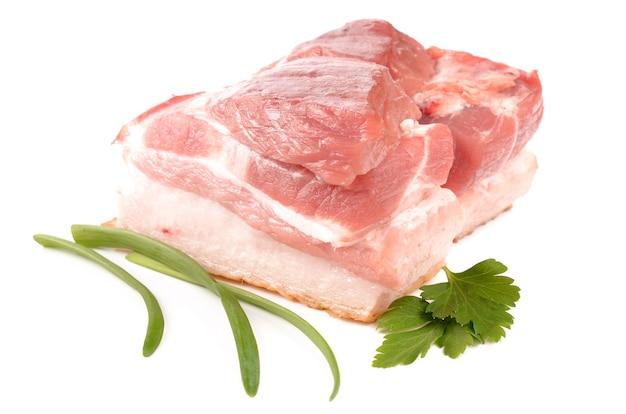 Viande et épices sur fond blanc
