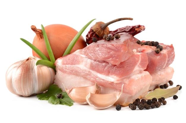 Viande et épices isolés sur blanc